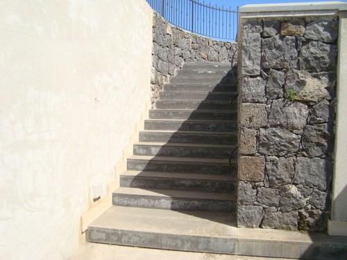 Scale esterne in marmo o in pietra lava stone marble - Rivestimento per scale esterne ...